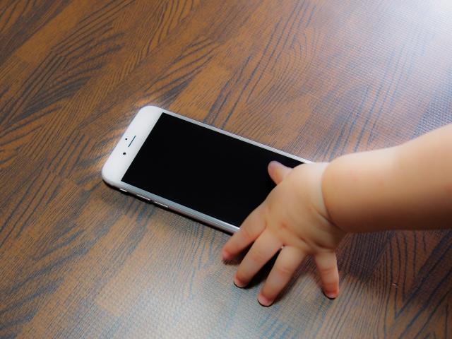 スマホが幼児に与える影響を考える。スマホ依存対策には親の我慢も必要