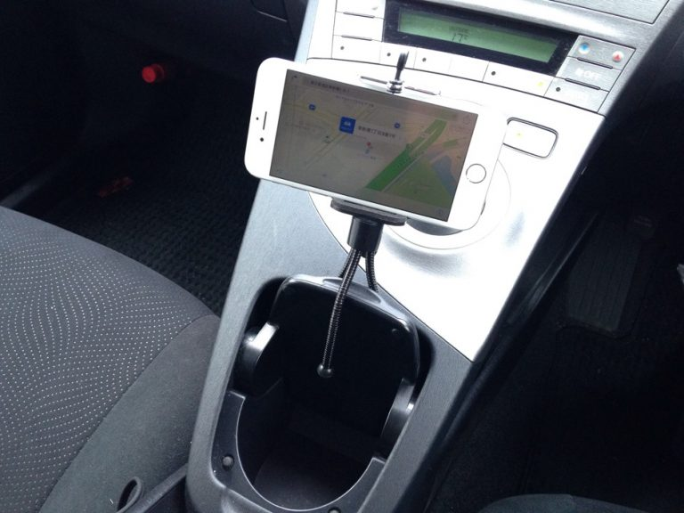 100均のスマホスタンドは車でこう使え!プリウスに搭載した結果便利過ぎると判明