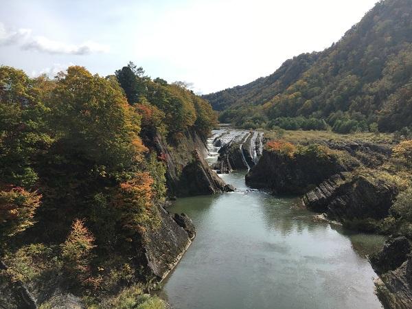 絶景 夕張「滝の上公園」の紅葉!気軽に寄れる千鳥ヶ滝の景観は必見